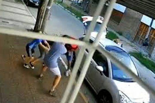 video: un nene pateo a un delincuente para evitar que le robaran a su mama