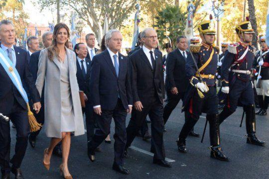 Carlos Rosenkrantz (derecha, junto a los granaderos) camina a la par de Federico Pinedo y la ex pareja presidencial, Juliana Awada y Mauricio Macri, a la salida del Tedéum por el aniversario de la Revolución de Mayo el año pasado.