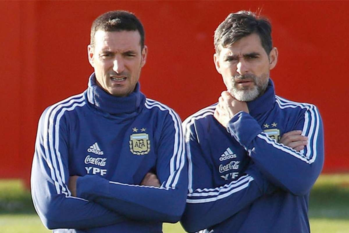 Roberto Ayala (a la derecha), junto al DT de Argentina, Leonel Scaloni