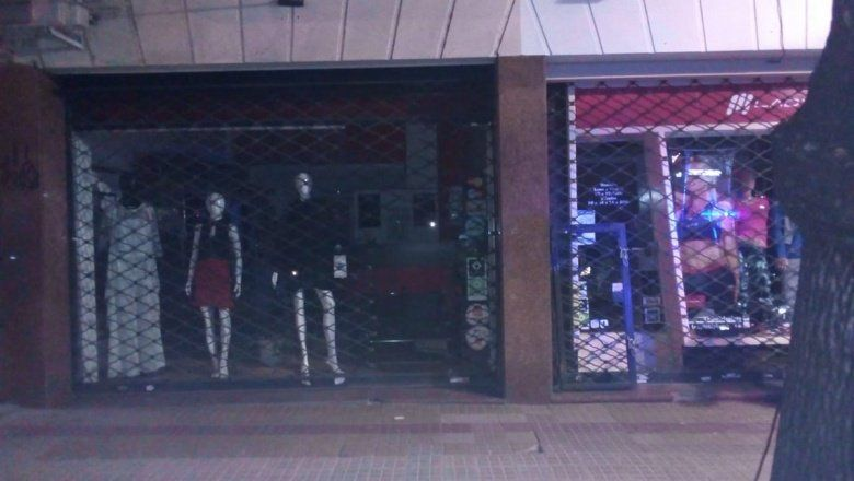 La Plata: tres delincuentes roban en local del centro comercial de calle 12