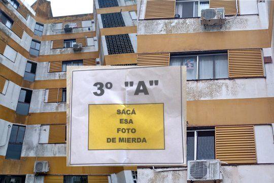 La foto de Néstor Kirchner apenas se ve desde la calle, pero enojó a un vecino.