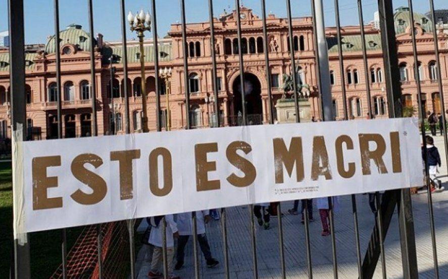 ¿Macri caca? Cuelgan un cartel en Casa Rosada contra el gobierno pintado con materia fecal