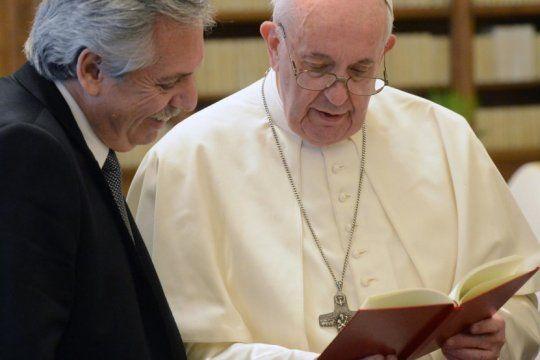 un papa sonriente recibio a alberto fernandez en el vaticano: el encuentro duro 44 minutos