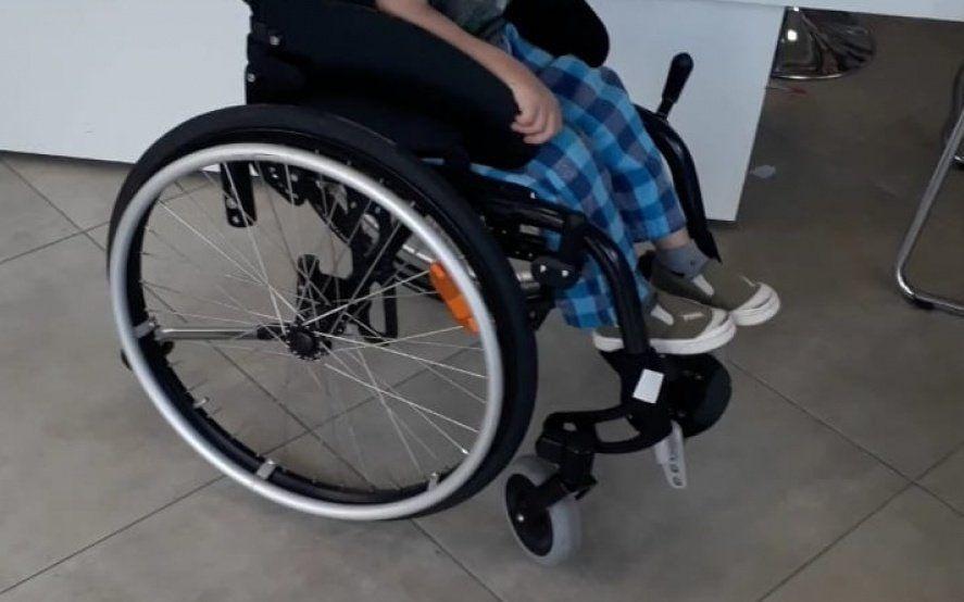 Robaron la silla de ruedas de un nene con autismo: su mamá pide ayuda para recuperarla