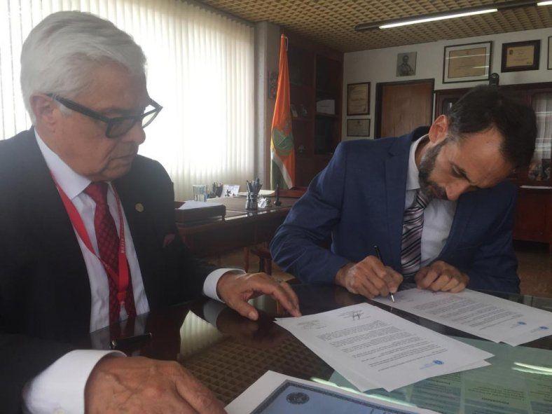 Firma del convenio en la Universidad de Ciencias Aplicadas y Ambientales de Colombia