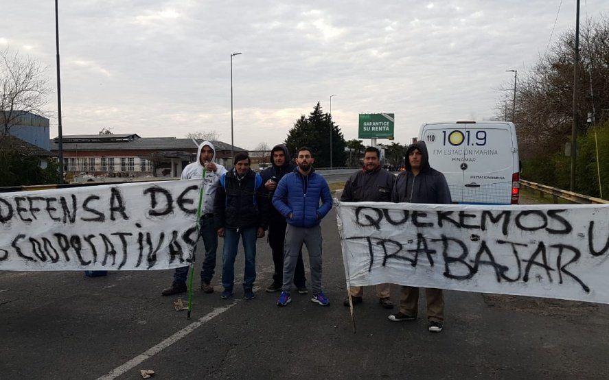 Trabajadores de la papelera platense al borde del cierre vuelven a cortar Camino Centenario