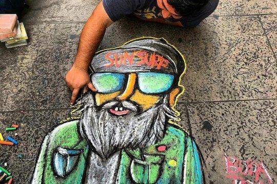 Buda Tom logra subsistir en la calle vendiendo sus dibujos