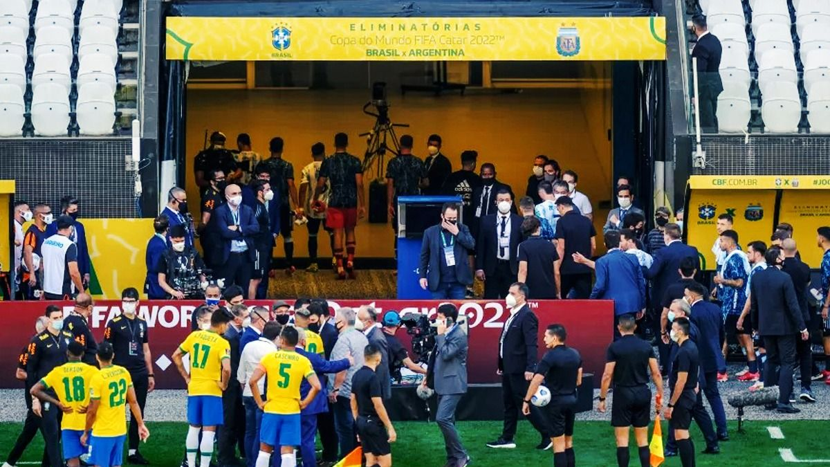 La foto del escándalo: representantes de Anvisa, Conmebol, AFA y CBF en la cancha mientras los argentinos se retiran.