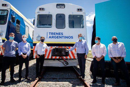 Kicillof, Massa y Meoni posan junto al tren que vuelve a Pinamar.