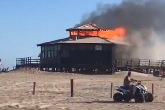 Pinamar: un incendio redujo a cenizas un parador de la playa