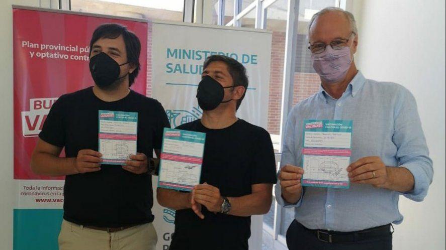 Axel Kicillof y Nicolás Kreplak muestran que completaron ambas dosis de la vacuna y Daniel Gollán que recibió la primera dosis.