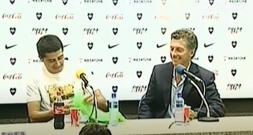 Devolución de gentilezas: En su vuelta a Boca desde Europa Macri el regaló un Topo a la hija de Román.