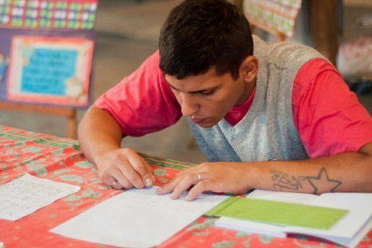 la republica de los ninos, mas inclusiva: presos bonaerenses confeccionan carteleria en braille