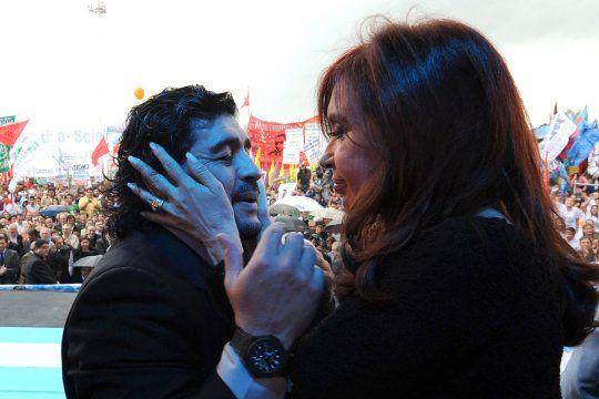 Cristina Fernández de Kirchner junto a Diego Maradona. Le envió un sentido homenaje en las redes.