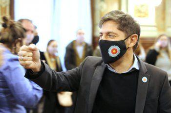 El gobernador bonaerense Axel Kicillof cuestionó a Mauricio Macri y le recordó que su gestión cerró escuelas.