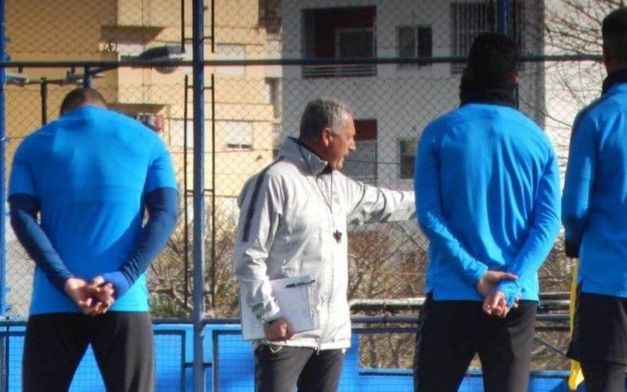Un hombre se coló en el entrenamiento de Boca y le pidió una prueba a Gustavo Alfaro